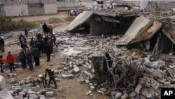 12月17日伊拉克学生们观察被炸毁的房屋