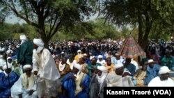 Une foule est rassemblée pour la fête du mouton, ou Tabaski, à Tombouctou, le 12 septembre 2016. (VOA/Kassim Traoré)