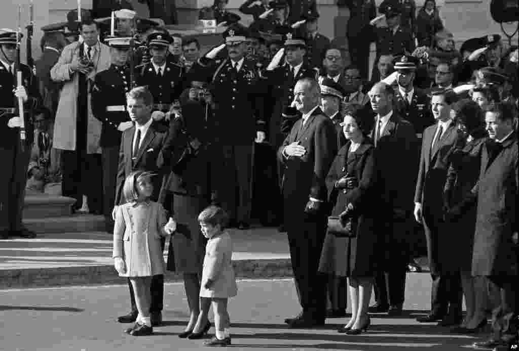 Jacqueline Kennedy, su hija Caroline y su hijo John Jr., acompañados por el fiscal general Robert F. Kennedy llegan al Capitolio en Washington, el 24 de noviembre de 1963.