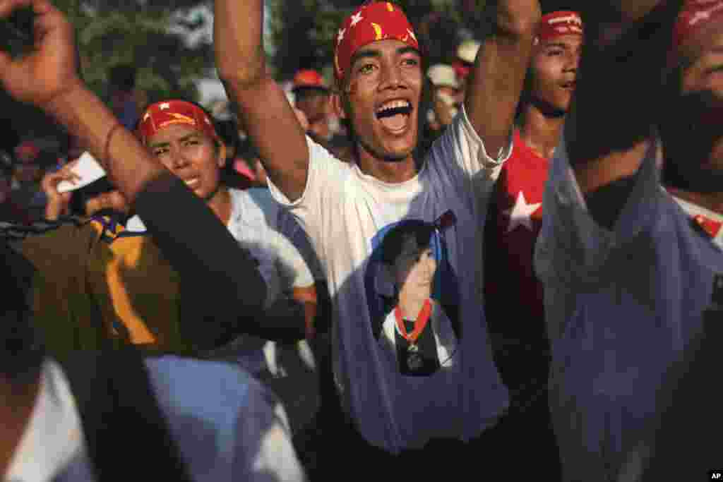 Supporters of Aung San Suu Kyi and the NLD party sing and dance in Rangoon, March 30, 2012. (Reuters)