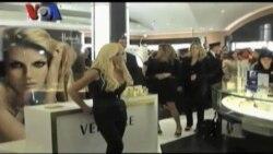 Perjalanan Karir Perancang Busana Donatella Versace - VOA Career Day