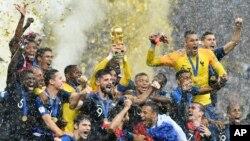 모스크바 루즈니키 경기장에서 열린 2018 러시아 월드컵 결승전에서 프랑스가 크로아티아를 상대로 4-2로 승리한 후, 프랑스팀이 경기장에서 자축하고 있다.