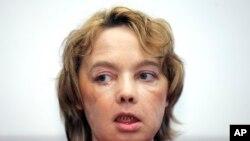 Dinoire fue seriamente desfigurada por su perro y recibió un trasplante de nariz, barbilla y labios en 2005, en una cirugía de 15 horas.