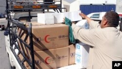 Petugas Program Pangan Dunia (WFP) membawah bahan makanan untuk pengungsi Suriah (foto: dok).