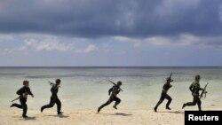 Tentara Tiongkok berlatih di pantai pulau Xisha, provinsi Hainan (Foto: dok). Pulau yang dikenal dengan nama pulau Paracels oleh Vietnam ini, masih menjadi ajang sengketa kedua negara hingga kini.