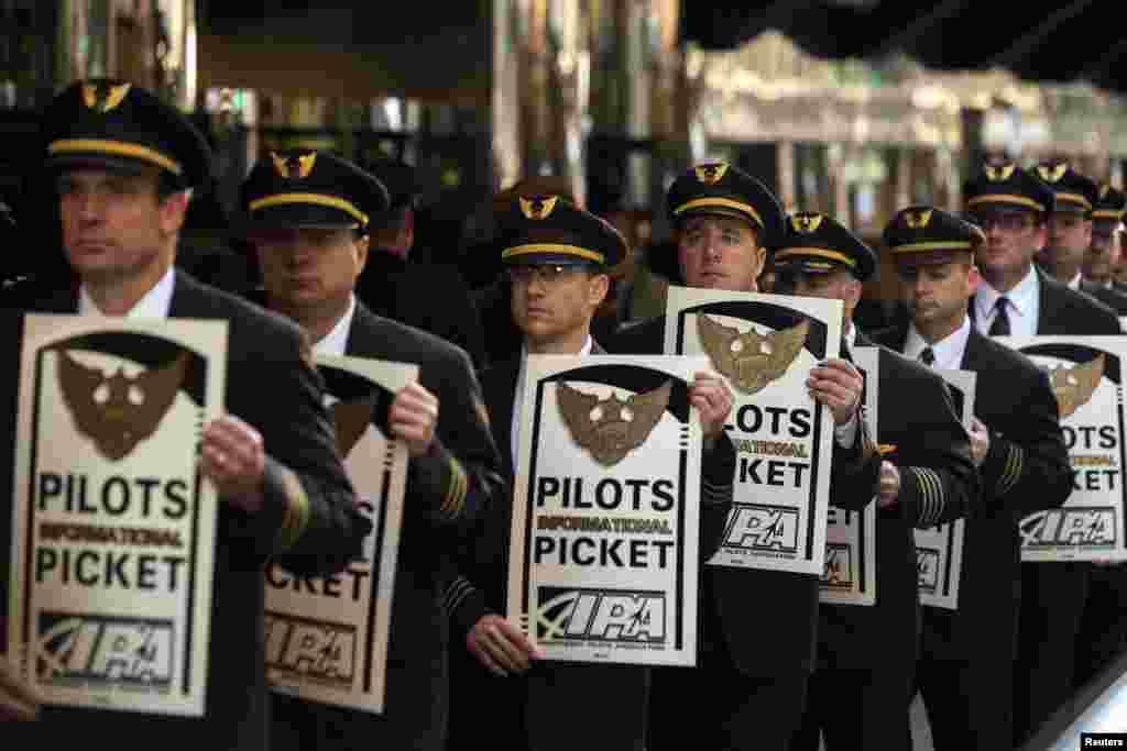 Phi công của dịch vụ chuyển phát hàng United Parcel Service (UPS) biểu tình để thu hút sự chú ý đến các cuộc đàm phán hợp đồng lao động đang diễn ra của họ bên ngoài hội nghị nhà đầu tư UPS 2014 ở New York.