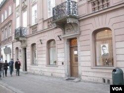 华沙市中心的居里夫人纪念馆(美国之音白桦)。