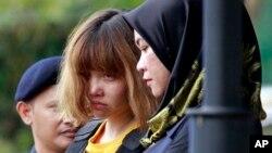 Жінка (у центрі), запідозрена у вбивстві брата лідера КНДР, під ескортом малайзійської поліції