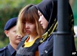 Nghi can Đoàn Thị Hương (giữa) ra tòa tại Kuala Lumpur.