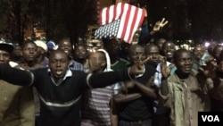 肯尼亚人得知美国总统奥巴马抵达后,举着美国国旗,上街庆祝(2015年7月24日)