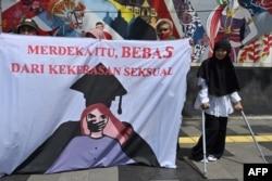 Aktivis perempuan dari gerakan anti-kekerasan terhadap perempuan dalam demo di depan Kementerian Pendidikan dan Kebudayaan, untuk memprotes pelecehan seksual dan kekerasan terhadap perempuan di kampus-kampus, Jakarta, 10 Februari 2020. (Foto: AFP)