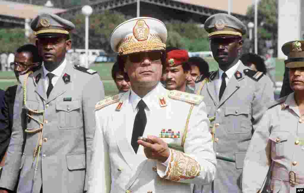 Муаммар Каддафи осматривает войска в Дакаре во время трехдневного визита в Сенегал 3 декабря 1985 года.