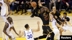 """King James"" en action lors d'un match de finale de la NBA (juin 2016)"