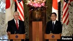 رکس تیلرسون و فومیو کیشیدا وزیران خارجه آمریکا و ژاپن در کنفرانس خبری توکیو- ۱۶ مارس ۲۰۱۷