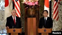 렉스 틸러슨 미국 국무장관(왼쪽)과 기시다 후미오 일본 외무상이 16일 도쿄에서 공동기자회견을 하고 있다.
