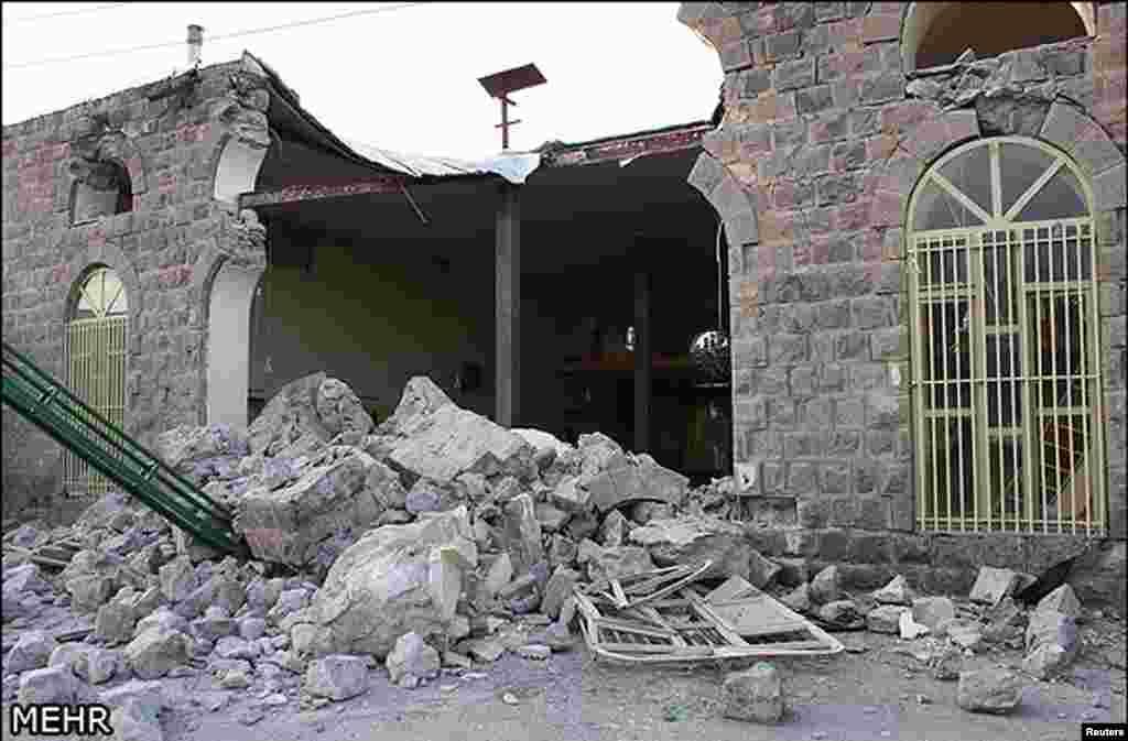Полуразрушенное здание. Северо-запад Ирана, 12 августа 2012 года