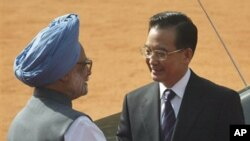 Chinese Premier Wen Jiabao, right, shakes hands with Indian Prime Minister Manmohan Singh during Wen's ceremonial welcome at the Presidential Palace in New Delhi, India, Monday, April 11, 2005.
