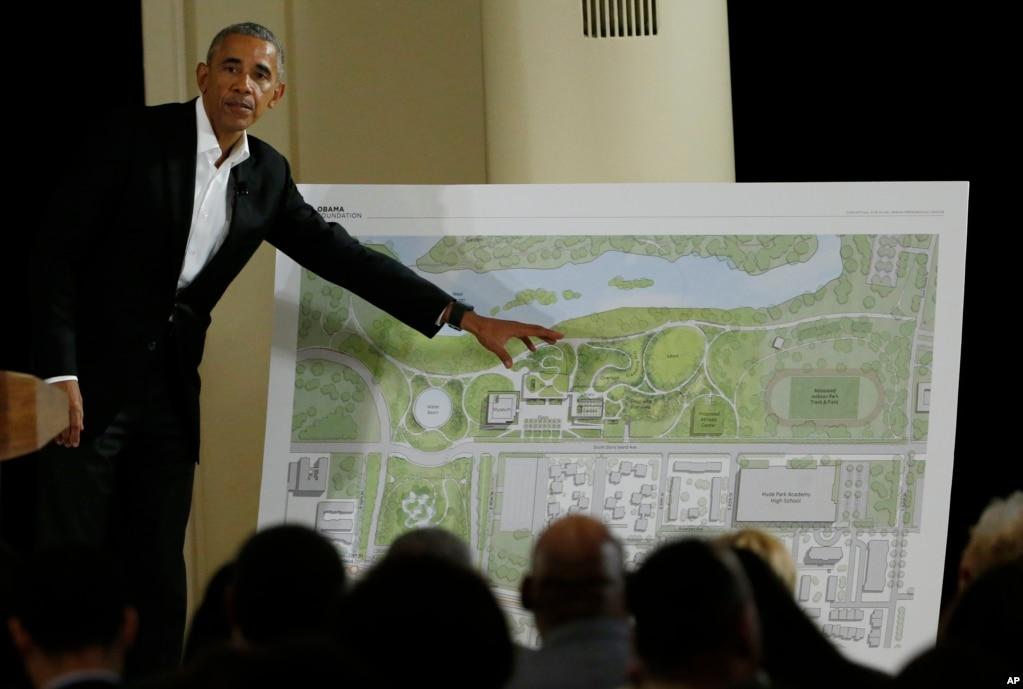 """美國前總統奧巴馬在芝加哥的社區活動中講話(2017年5月3日)。 奧巴馬支持馬克龍,發表視頻講話說:""""他維護自由價值觀"""",""""提出了法國在歐洲和全世界發揮重要角色的前景,並且致力於為法國人民爭取更美好的未來。 """"奧巴馬用法語""""前進""""和""""法國萬歲""""結束了這段視頻。 """"前進""""是馬可龍發起的政治運動的名稱。 奧巴馬在法國很受歡迎。"""