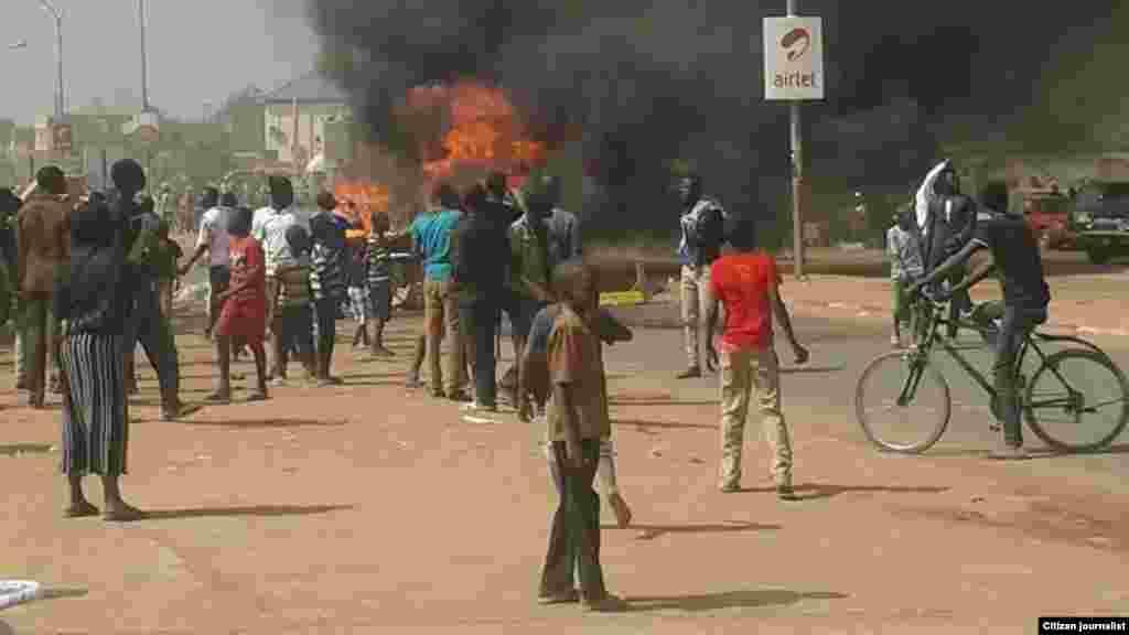 Matasa masu zanga-zanga a Niamey, Nijer, Janairu 18, 2015.