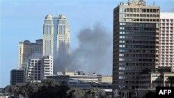 Những cột khói đen bốc lên từ trung tâm mua sắm Arcadia bị hôi của, và đốt cháy bởi người biểu tình ở Cairo, Ai Cập, ngày 30/1/2011