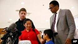 Beata Mariana de Jesús Mejía-Mejía, segunda desde la izquierda, se reúne con su hijo Darwin en el Aeropuerto Internacional Baltimore Washington, BWI, el viernes, 22 de junio de 2018.