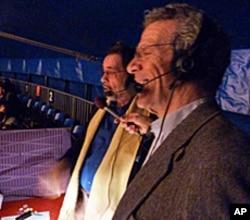 大苹果马戏团的创办人在为孩子们解说杂技节目