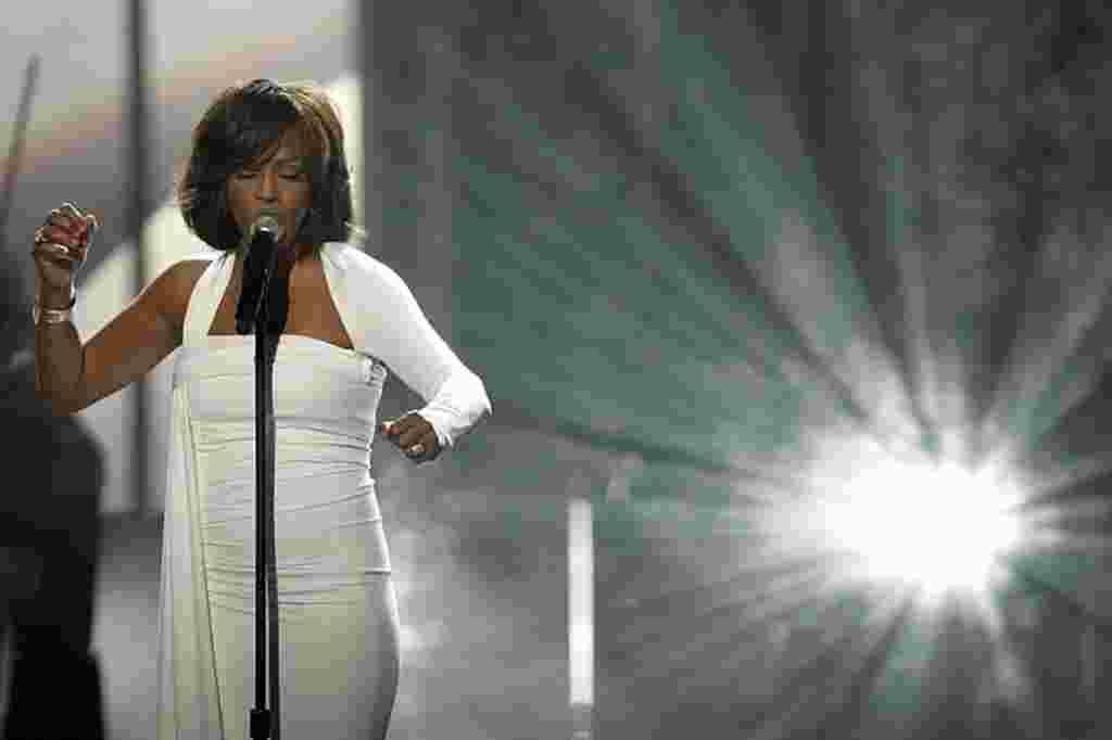 Whitney Houston durante su presentación en la versión número 37 de los Premios a la Música Estadounidense, noviembre 2009.