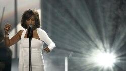 Houston murió ahogada en una bañera del hotel Beverly Hilton en Los Ángeles, el 11 de febrero, antes de los Grammy.