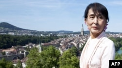 缅甸反对派领导人昂山素季2012年6月15日在瑞士伯尔尼玫瑰花园前留影