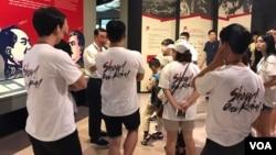 '2017 세계 장병, 청소년, 청년 통일안보 비전 발표 대회' 참가자들이 27일 서울 용산구의 전쟁기념관을 방문해 설명을 듣고 있다.