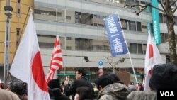 """日本右翼在东京街头活动时打出了""""日本第一主义""""新口号""""(2017nian 2月4日)"""