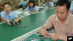 東莞一家工廠的工人在工作(資料照)