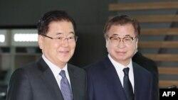 Šef Nacionalne bezbednosne kancelarije Čung Eui-jong (L) i Šef Nacionalne obaveštajne službe Suh Hun