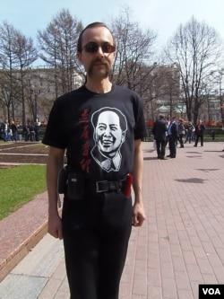 俄罗斯也有毛粉。2013年五一节游行时的一名IT工程师。(美国之音白桦拍摄)