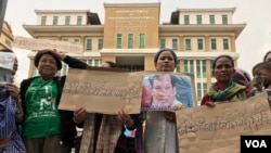 A group of supporters called for the release of Rath Rott Mony, an RT fixer, in front of the Phnom Penh Municipal Court, Phnom Penh, Cambodia, May 30, 2019. (Hul Reaksmey/VOA Khmer)