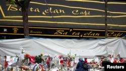 Mọi người tưởng nhớ các nạn nhân trước cửa quán Bataclan Cafe sau cuộc tấn công khủng bố Paris.
