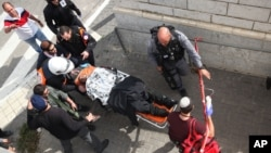 Du personnel de la santé porte sur une civière un homme poignardé à Jérusalem, 10 novembre 2015.