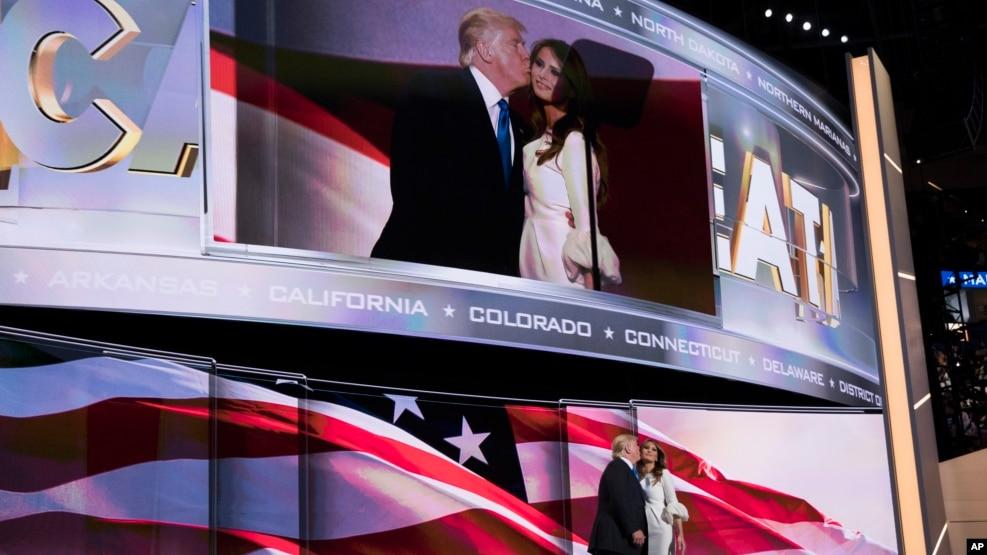 Ông Donald Trump hôn vợ Melania sau khi bà phát biểu tại Đại hội Ðảng Cộng hòa, 18/7/2016