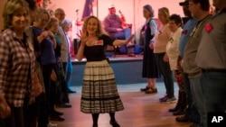 دبورا دننفلد، مدیر برنامه «دنسینگ ول» کهنه سربازان و داوطلبان را در رقص هدایت می کند