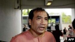 Джо Гордон отвечает на вопросы прессы по прибытию в уголовный суд Бангкока. 10 октября 2011г.