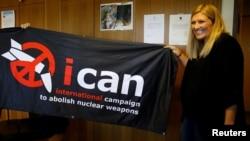 Direktur eksekutif ICAN, Beatrice Fihn, merayakan di Jenewa, Swiss, setelah organisasinya dinyatakan sebagai pemenang Nobel Perdamaian 2017, Jumat (6/10).