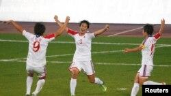 지난 2014년 인천 아시안게임 여자 축구 준결승전에서 한국을 꺽고 결승에 진출하게 된 북한 선수팀 환호하고 있다. (자료사진)