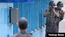 지난 27일 정전협정 63주년을 맞아 판문점 남측 지역에서 기념식이 열린 가운데, 북측 북한 병사들이 남측 지역을 촬영하고 있다. (자료사진)
