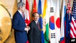 美國國務卿約翰‧克里在雅加達會晤東盟秘書長黎良明。(2014年2月16日)