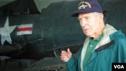 최근 북한을 방문한 토머스 허드너 씨가 평양에 전시된 한국전 참전 미군 전투기 잔해를 둘러보고 있다. 한국전 당시 탑승했던 F-4U 콜세어와 같은 기종이다.