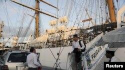Algunos miembros de la tripulación de la fragata Libertad desembarcan para tomar el vuelo charter que los trasladará de Ghana.