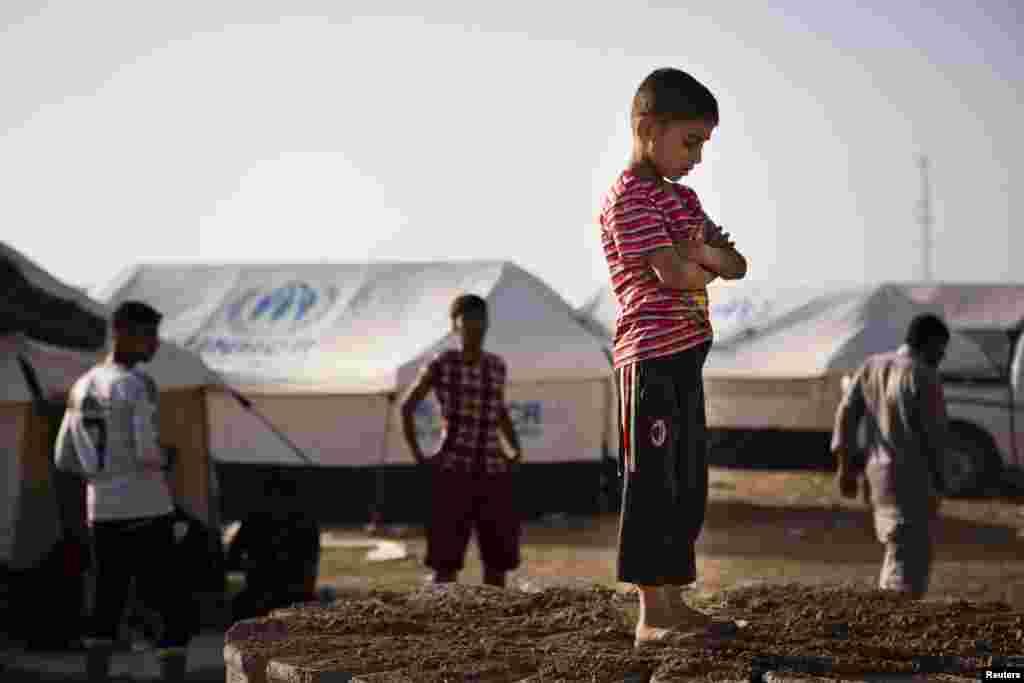 موصل پر شدت پسندوں کے قبضے کے بعد نقل مکانی کرنے والے افراد کرد علاقے میں قائم ایک کیمپ میں مقیم ہیں۔