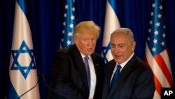 美国总统川普访问以色列,和以色列总理内塔尼亚胡握手(2017年5月22日)
