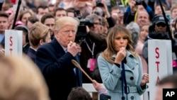 Tổng thống Donald Trump và Đệ nhất Phu nhân Melania Trump thổi còi bắt đầu cuộc đua nhặt trứng Phục Sinh tại Sân cỏ phía Nam Tòa Bạc ốc ngày 2/4/2018.
