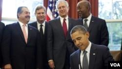 Presiden AS Barack Obama menandatangani perjanjian perdagangan bebas dengan 3 negara (21/10).